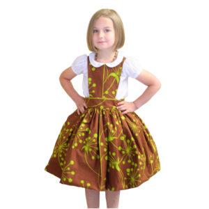 Girl wearing the kinderschurze pinafore dress