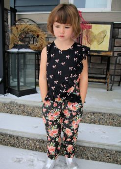A girl wearing the Reizen Pants in a floral print with an Appeltaart top paired with it.